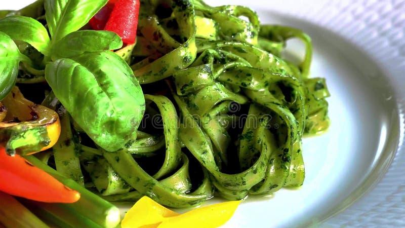 与菠菜和绿豆pesto,选择聚焦的Tagliatelle面团 免版税库存图片