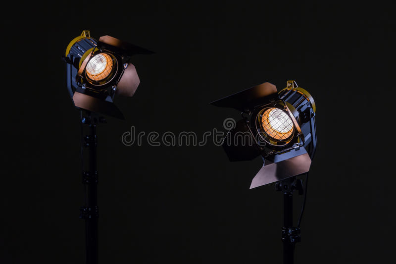 与菲涅耳透镜的两盏卤素聚光灯 射击在演播室或在内部 电视,电影,照片 库存图片