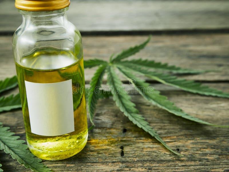 与萃取物油的大麻在瓶 免版税库存图片