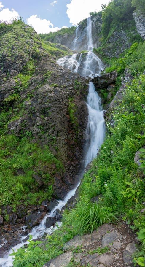 与落从峭壁的一条强有力的小河的高瀑布 免版税库存照片