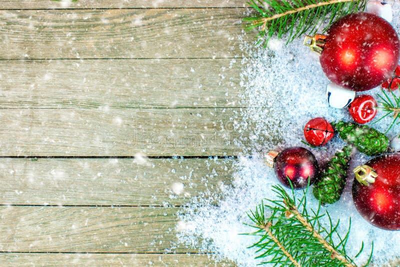 与落在木背景的雪的圣诞节装饰 库存照片