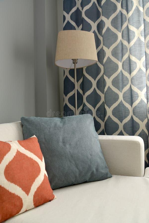 与落地灯和羽绒枕头的客厅内部片段 库存照片