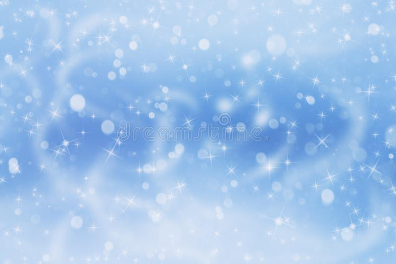 与落的白色光亮的雪的冬天蓝色风景 库存照片