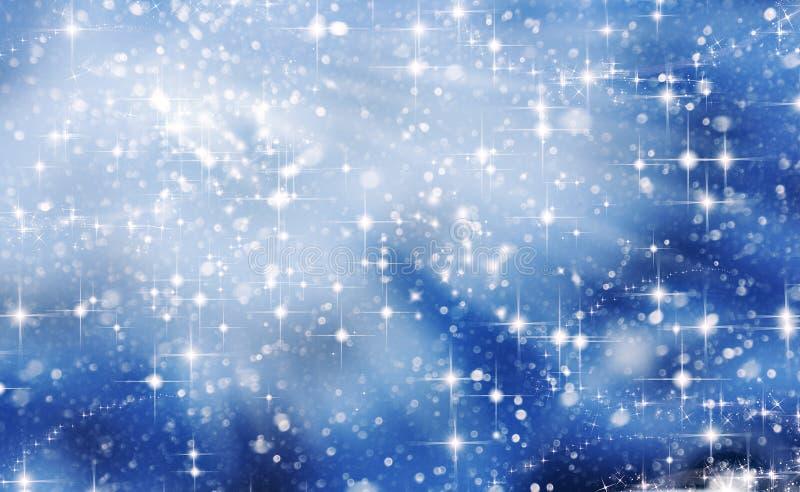 与落的白色光亮的雪的冬天蓝色风景 免版税库存图片