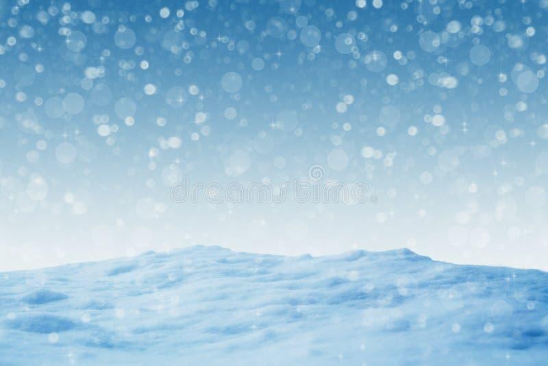 与落的白色光亮的雪的冬天蓝色风景 图库摄影