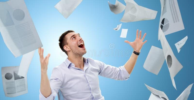 与落的纸的商人 免版税库存图片