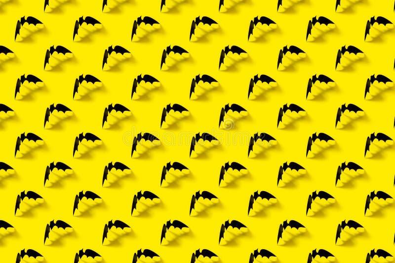 与落的阴影的黑纸棒样式在黄色背景 万圣节装饰 万圣节概念 r 库存图片