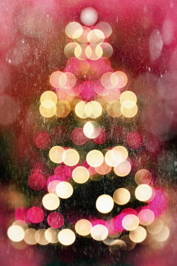 与落的雪的抽象圣诞树 库存图片