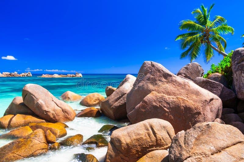与著名花岗岩的惊人的海滩在塞舌尔群岛,普拉兰岛晃动 免版税库存照片