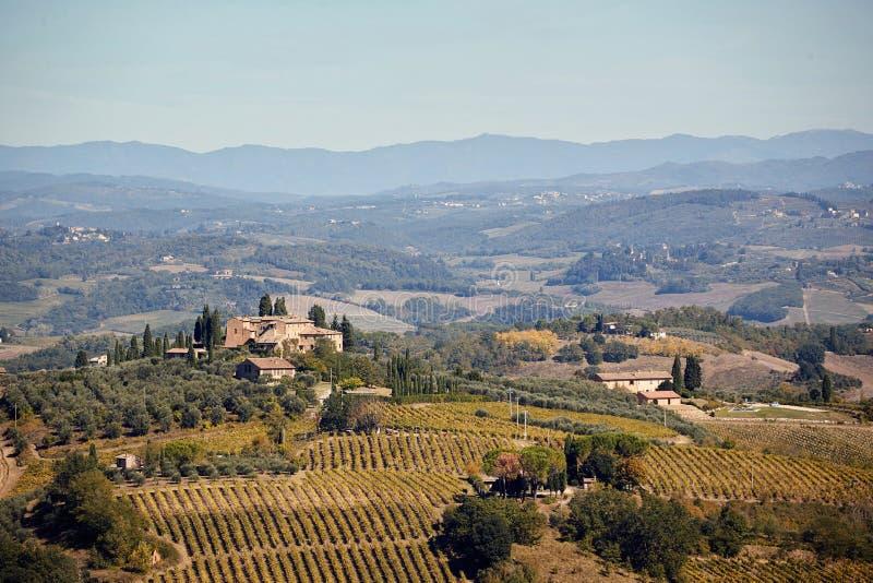 与葡萄园和房子的托斯卡纳,意大利,欧洲全景横幅风景 免版税库存照片
