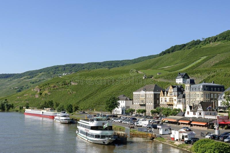 与葡萄园的城市视图Bernkastel摩泽尔的 免版税库存照片