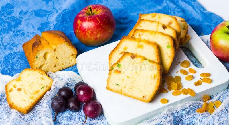 与葡萄干、葡萄和苹果切片的果子面包 库存照片