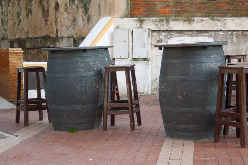 与葡萄酒桶的一个老酒吧 免版税图库摄影