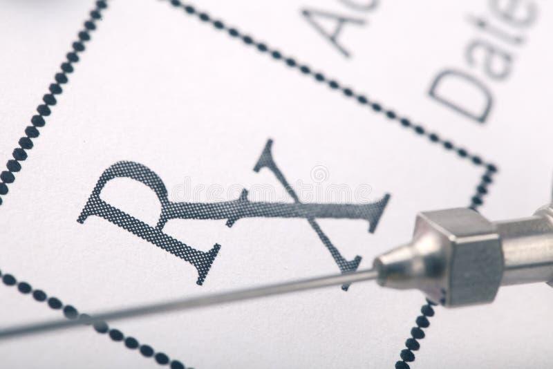与葡萄酒注射器针和处方的医疗背景 免版税库存图片