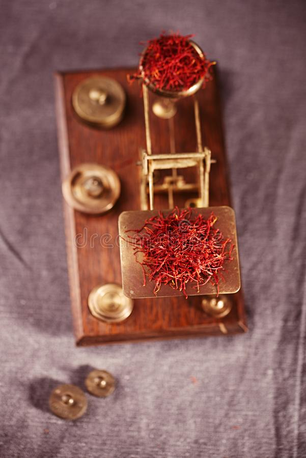 与葡萄酒邮政标度的番红花踩 免版税库存照片