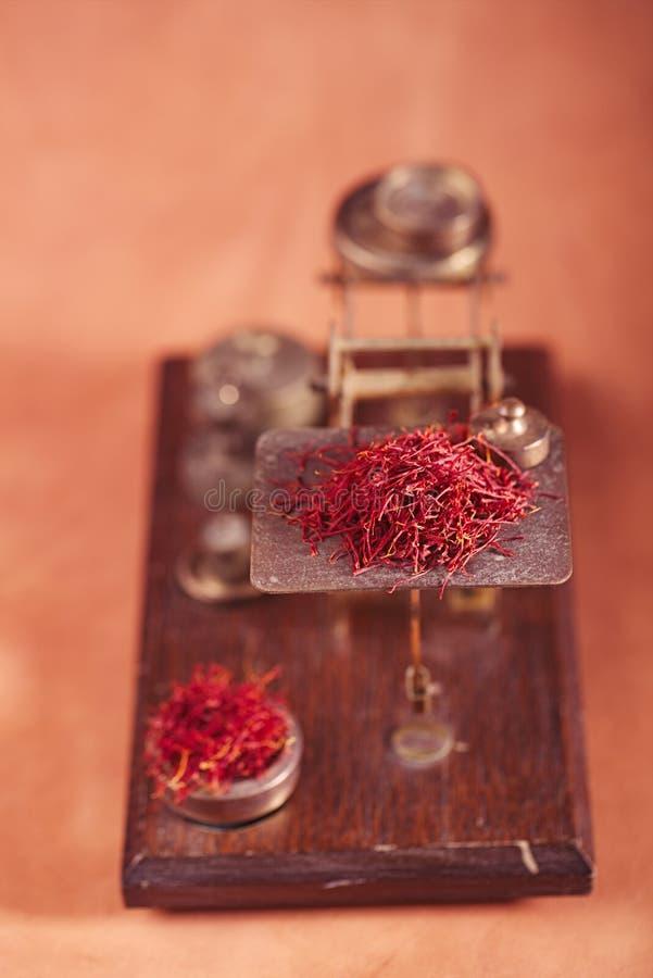 与葡萄酒邮政标度的番红花踩 免版税库存图片