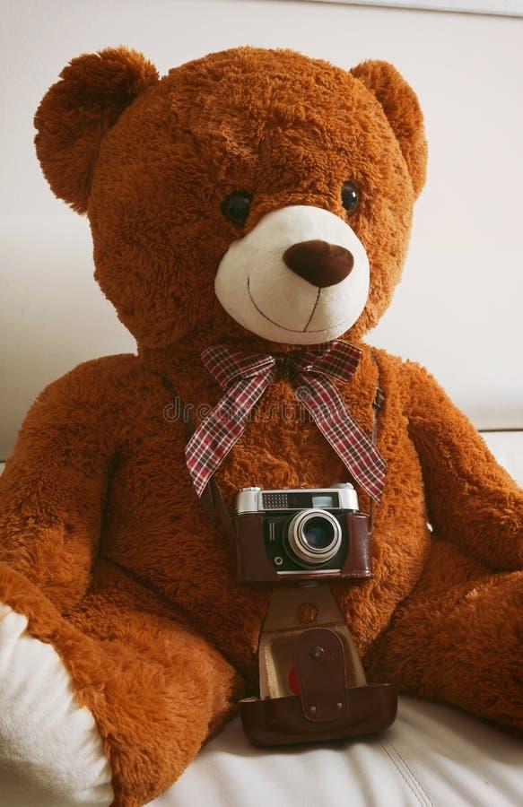 与葡萄酒35mm照相机的玩具熊 免版税图库摄影