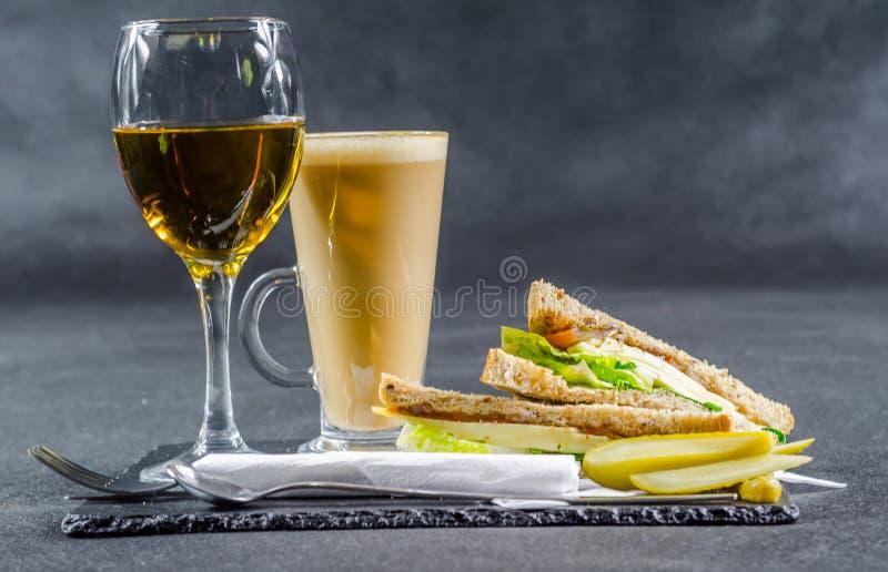 与葡萄酒chedd的集合包括的两个三明治含麦芽的面包 免版税图库摄影