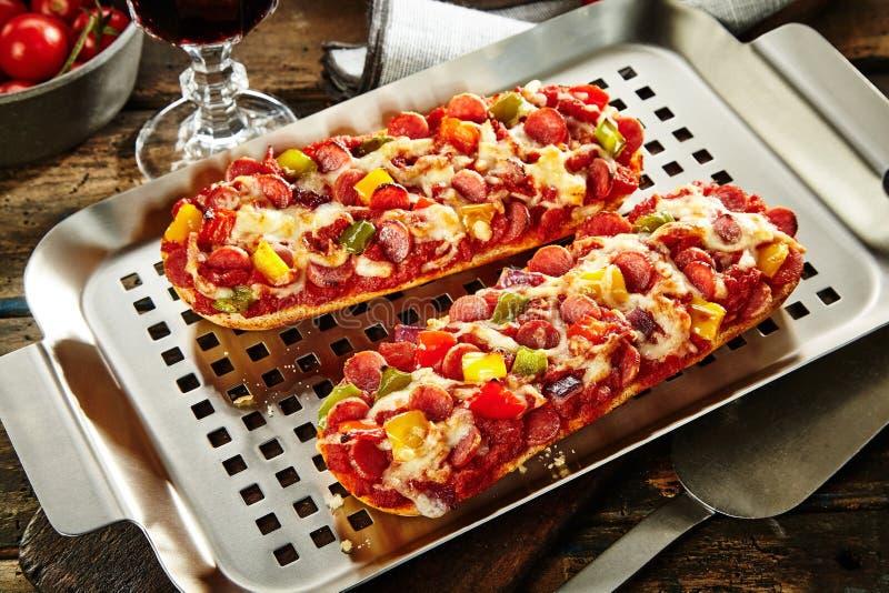 与蒜味咸腊肠菜和乳酪的鲜美长方形宝石 免版税库存图片