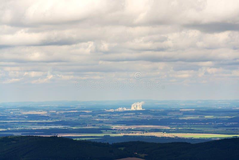 与蒸汽的冷却塔蒸发在核发电站 免版税库存照片
