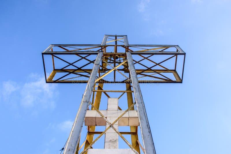与蓝天和云彩的十字架 免版税库存图片