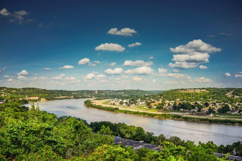 与蓝天和云彩的看法俄亥俄河从伊甸园公园 库存照片