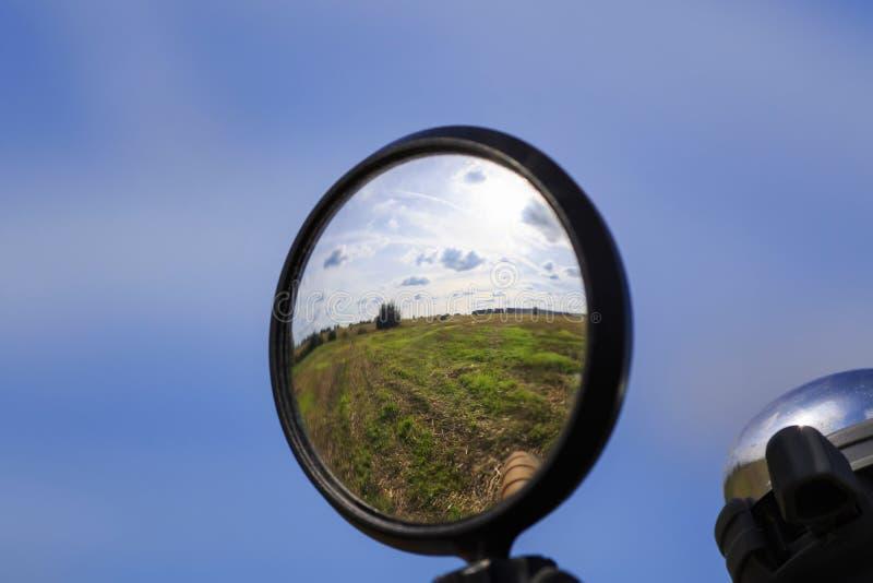 与蓝天和领域的农村风景在mirr被反射 免版税库存照片