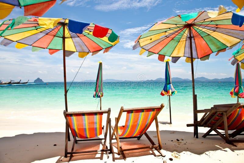 与蓝天的伞海滩 库存照片