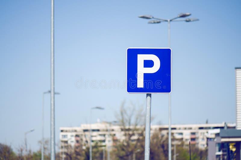 与蓝天的停车处标志 免版税库存照片