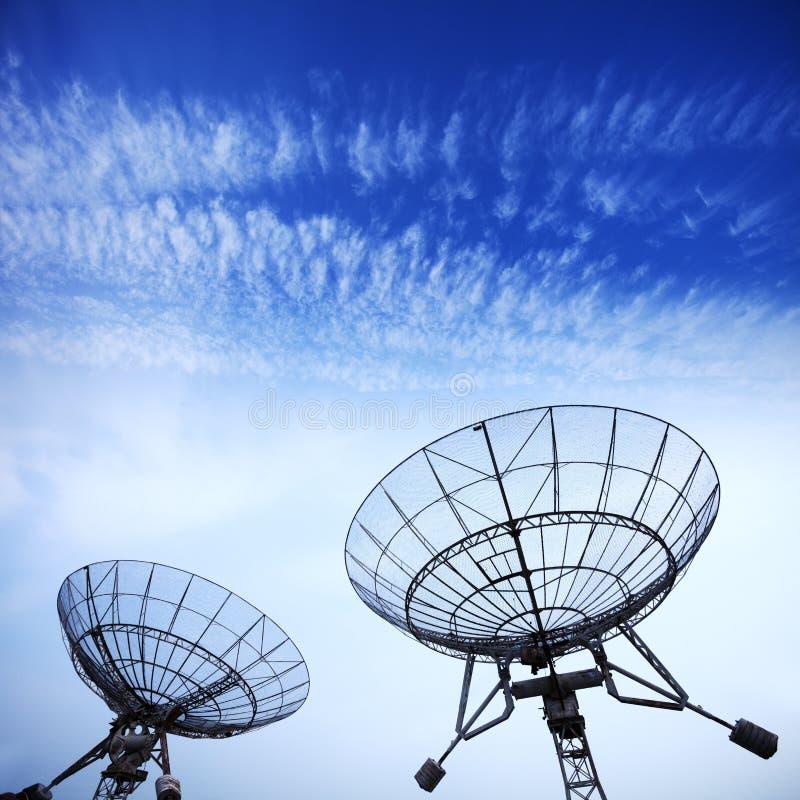 与蓝天的卫星盘 库存图片