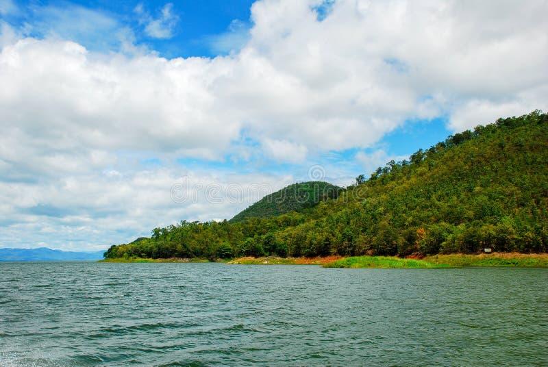 泰国山�^_与蓝天的山和海风景 泰国.