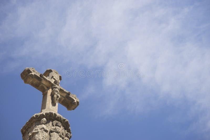 与蓝天的石十字架 库存照片
