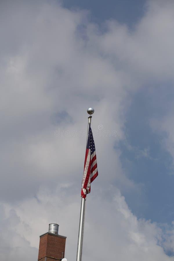 与蓝天的美国国旗在后面 图库摄影