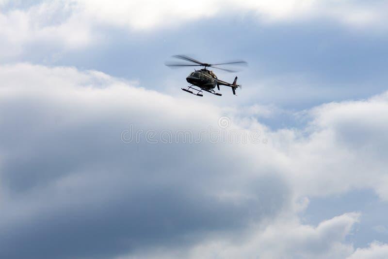 与蓝天的美好的天覆盖飞行的高直升机视域 免版税库存图片