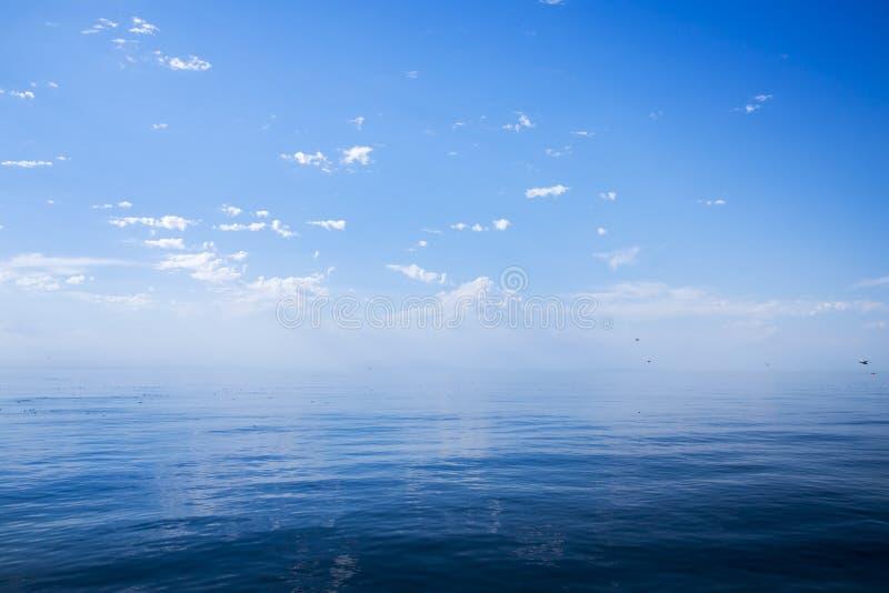 與藍天的美好的晴天在海. 本質, 鏡子.圖片