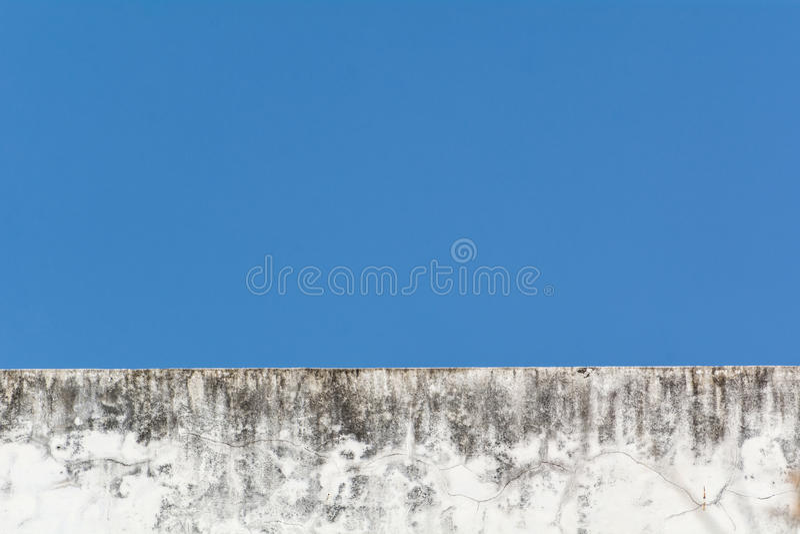 与蓝天的老白色大厦 库存照片
