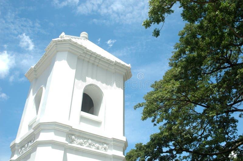 与蓝天的钟楼在寺庙 免版税图库摄影