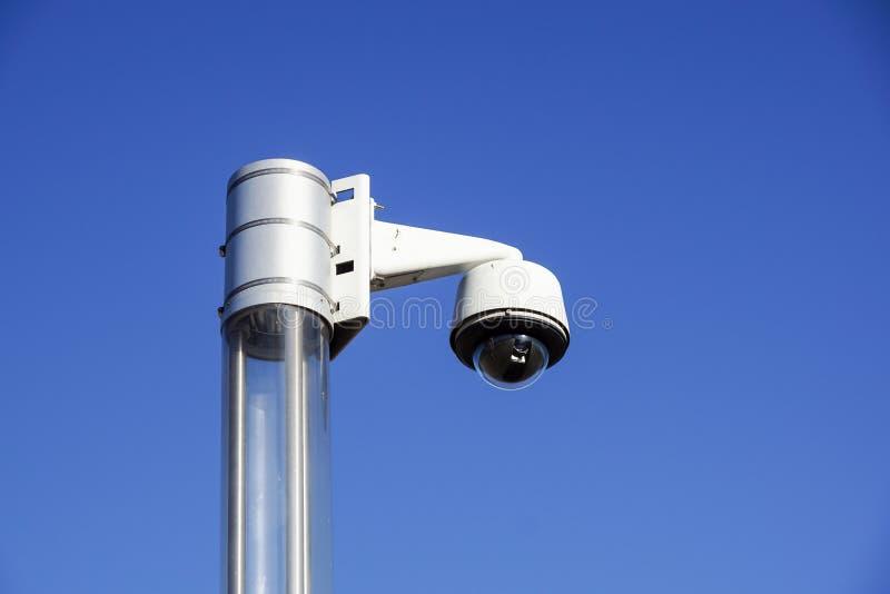 与蓝天的高科技顶上的安全监控相机 库存图片
