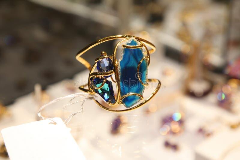 与蓝宝石的金戒指 库存照片