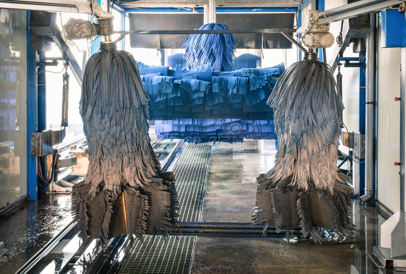 与蓝色刷子的现代自动洗车 库存照片