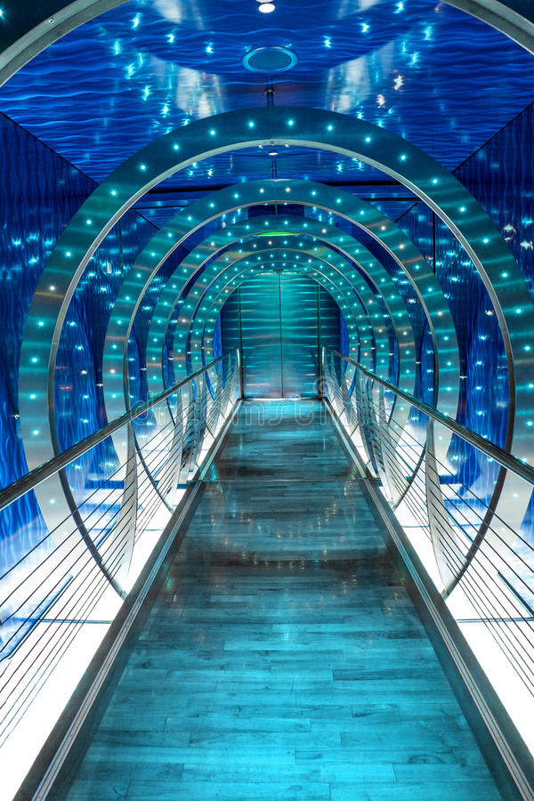 与蓝色发光的光的未来派隧道背景 库存照片