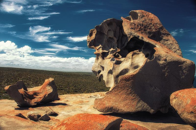 与蓝色和白色天空,印象深刻的地标的卓越的岩石 免版税库存照片