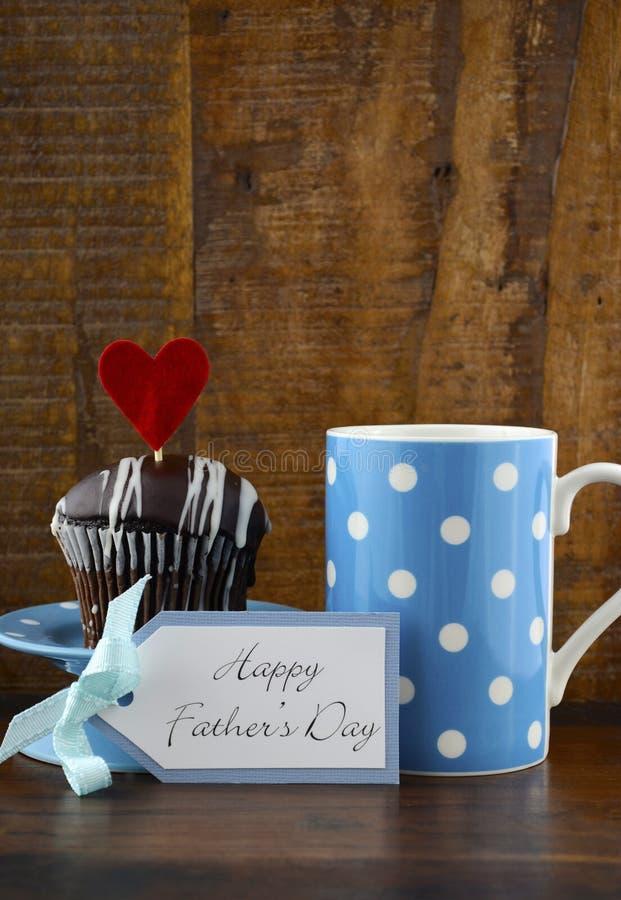 与蓝色和白色礼物的愉快的父亲礼物在木背景 免版税库存照片