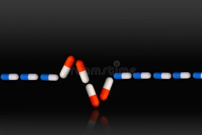 与蓝色和红色药片的Ekg符号 库存例证