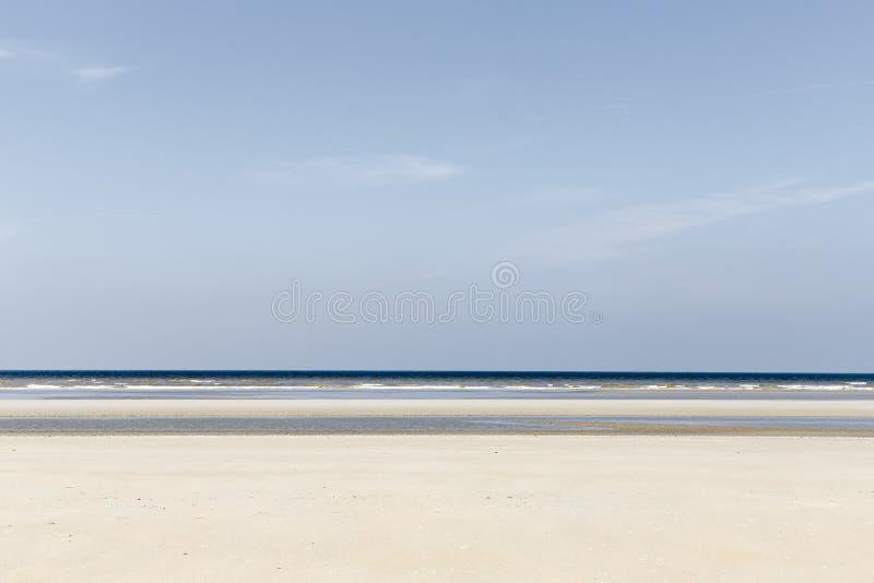 与蓝色和黄色色彩的层状海景 免版税图库摄影