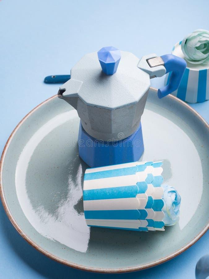 与蓝色咖啡壶和花的静物画 免版税库存照片