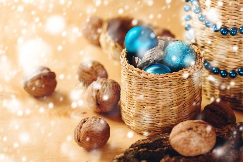 与蓝色圣诞节玩具的圣诞节装饰 免版税库存图片