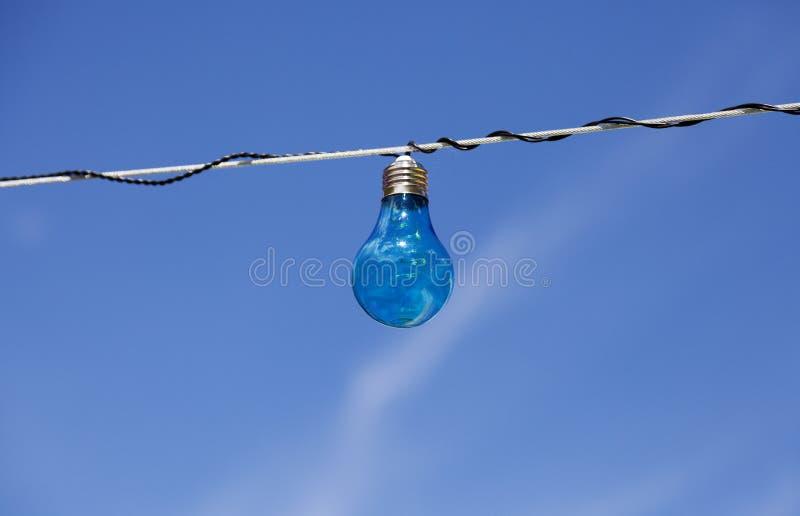 与蓝色夏天天空的蓝色电灯泡 免版税库存照片