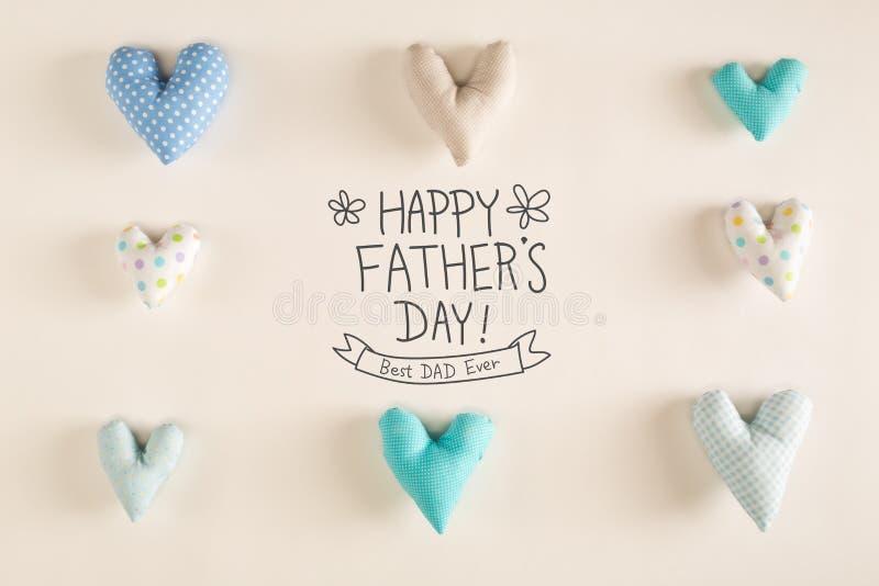 与蓝色心脏坐垫的父亲节消息 免版税库存图片