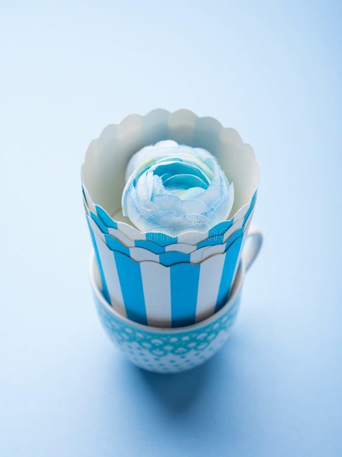 与蓝色杯子和花的静物画 免版税库存图片